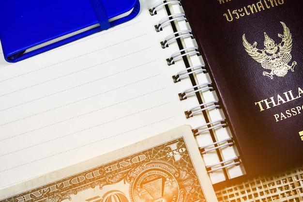 Passeport Thaïlandais Et Dollar Photo Premium