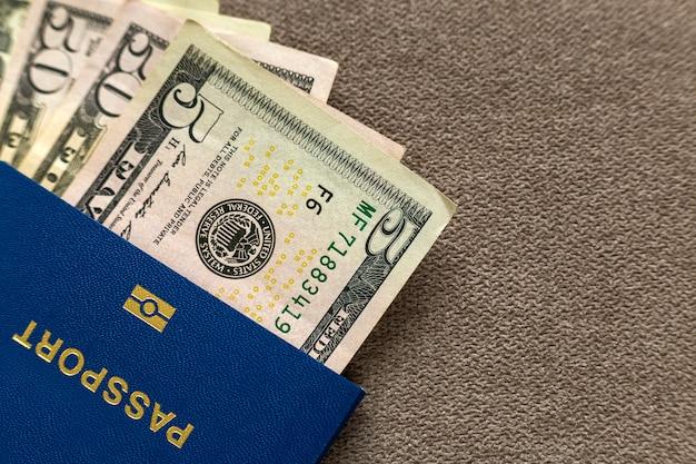 Passeport De Voyage Et Argent, Billets En Dollars Américains. Concept De Problèmes De Voyage Et De Finances. Photo Premium