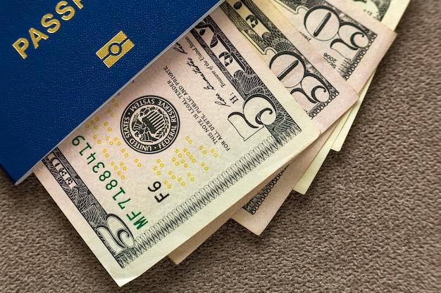 Passeport De Voyage Et Argent, Billets En Dollars Américains Sur Fond D'espace Copie, Vue De Dessus. Concept De Problèmes De Voyage Et De Finances. Photo Premium