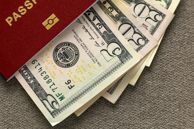 Passeport De Voyage Et De L'argent, Des Billets En Dollars Américains Sur La Vue De Dessus De L'espace De Copie. Concept De Problèmes De Voyage Et De Finances. Photo Premium