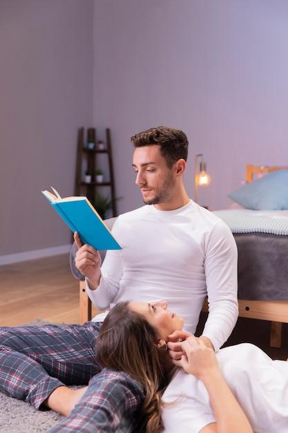 Passer du temps ensemble en lisant Photo gratuit
