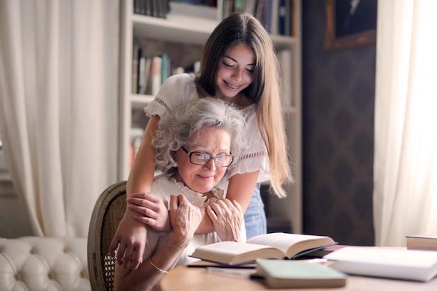 Passer du temps avec grand-mère Photo Premium