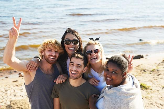 Passer une journée chaude au bord de la mer Photo gratuit