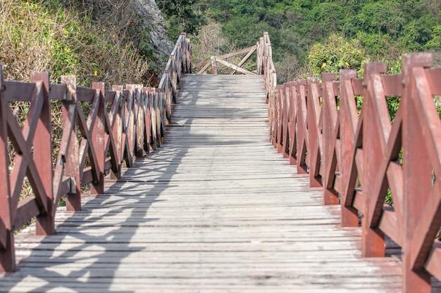 Passerelle en bois à koh lan en thaïlande Photo Premium
