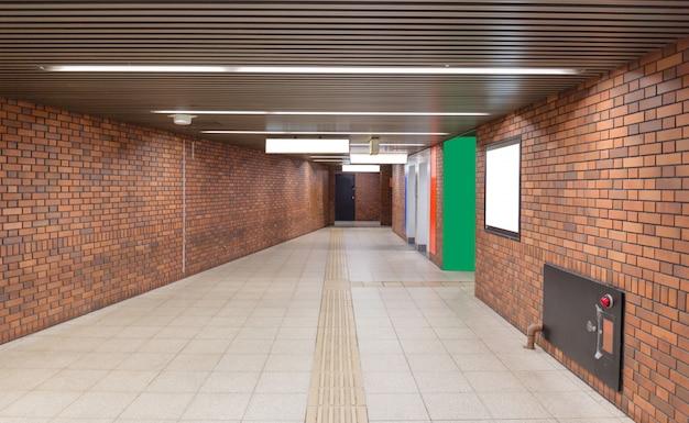 Passerelle avec mur de briques brunes jusqu'à la station de métro Photo Premium
