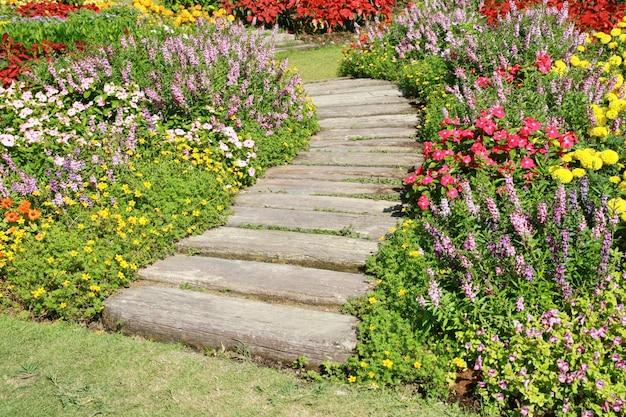 Passerelle en pierre dans un jardin de fleurs Photo Premium