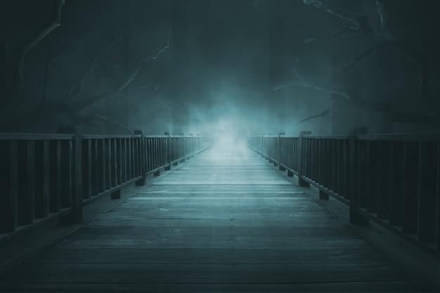 Passerelles en bois avec un épais brouillard Photo Premium