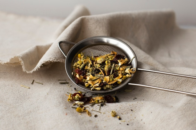 Passoire à thé plein d'herbes Photo gratuit
