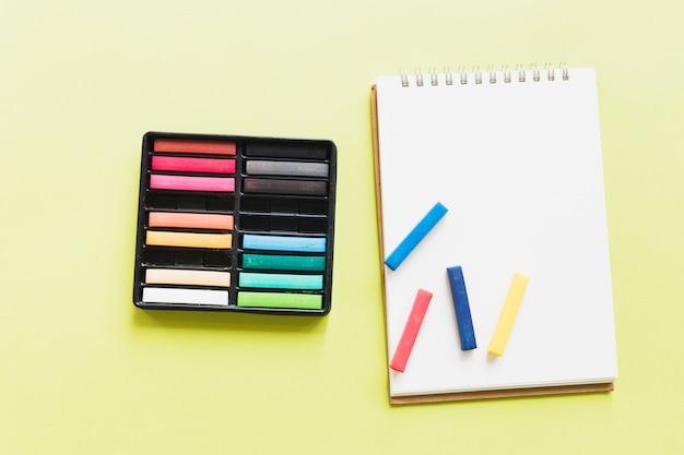 Pastel sur carnet de croquis Photo gratuit