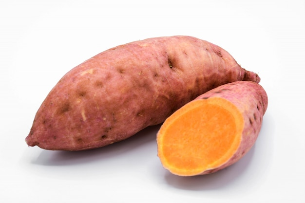 Patate douce isolée sur fond blanc Photo Premium