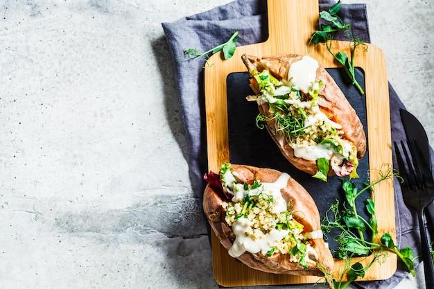 Patates douces au four farcies de quinoa, de légumes et de tahini Photo Premium