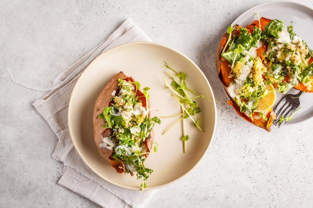 Patates douces farcies au quinoa avec chou frisé et avocat, vue de dessus. Photo Premium