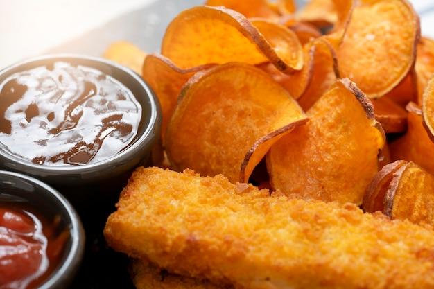 Patates douces frites et doigts de poisson Photo Premium