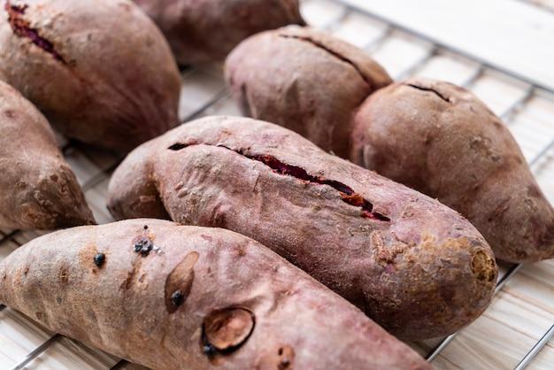 Patates douces violettes Photo Premium