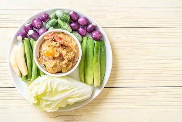 Pâte de chili mijoter avec du crabe ou du crabe et trempette de soja avec du lait de coco et des légumes Photo Premium
