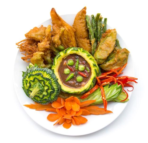 Pâte de crevettes thaifood piment épicé avec cuisine thaïlandaise fraîche et frite vagetable, thaispicy nourriture saine ou dietfood vue de dessus isolé Photo Premium