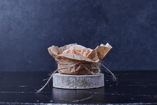 Pâte Feuilletée Dans Une Pellicule De Papier. Photo gratuit