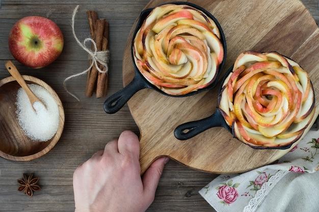 Pâte Feuilletée Maison Avec Des Tranches De Pomme En Forme De Rose Cuites Dans Des Poêles En Fer Photo Premium