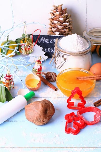 Pâte De Pain D'épice De Noël Pour Des Gâteaux Faits Maison Sur Un Fond En Bois Clair Style Rustique Flou Sélectif Photo Premium