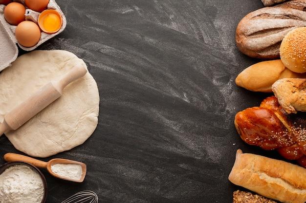 Pâte à pâtisserie et assortiment de pain Photo gratuit