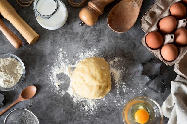 Pâte à Plat Sur Le Comptoir Avec Farine Et œufs Photo gratuit