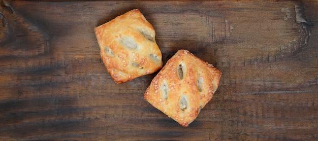 Un pâté de viande satisfaisant, qui combine une pâte feuilletée aérée et une délicate garniture de porc aux oignons. Photo Premium
