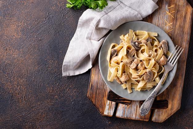 Pâtes au poulet et aux champignons Photo Premium