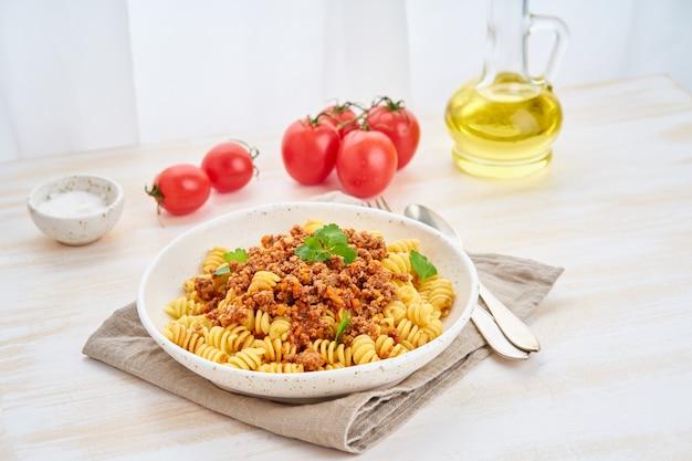 Pâtes bolognaises. fusilli à la sauce tomate, boeuf haché haché Photo Premium