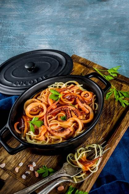 Pâtes Calamars Fra Diavolo Photo Premium
