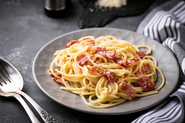 Pâtes carbonara au bacon et au parmesan Photo Premium