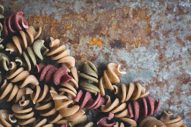 Pâtes colorées fusili détail sur un fond métallique rouillé Photo gratuit