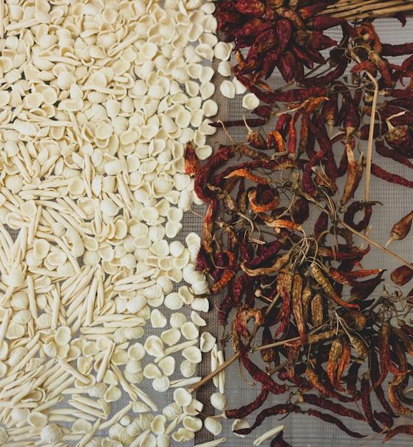 Pâtes crues et piments séchés Photo Premium