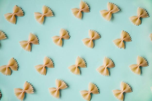 Pâtes dans un motif sur un papier coloré Photo gratuit