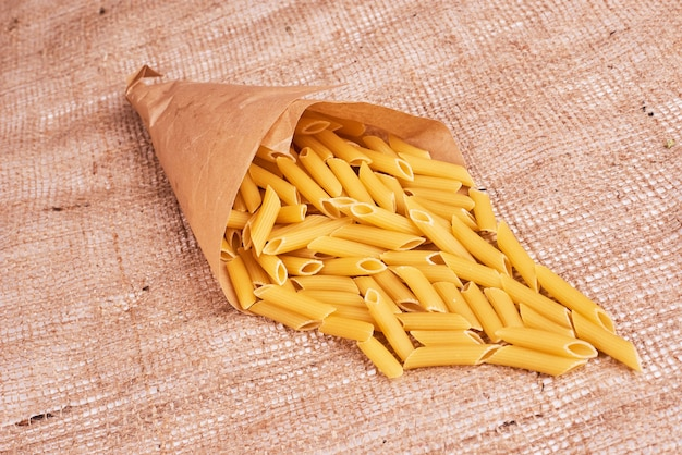 Pâtes Dans Une Pellicule De Papier. Photo gratuit