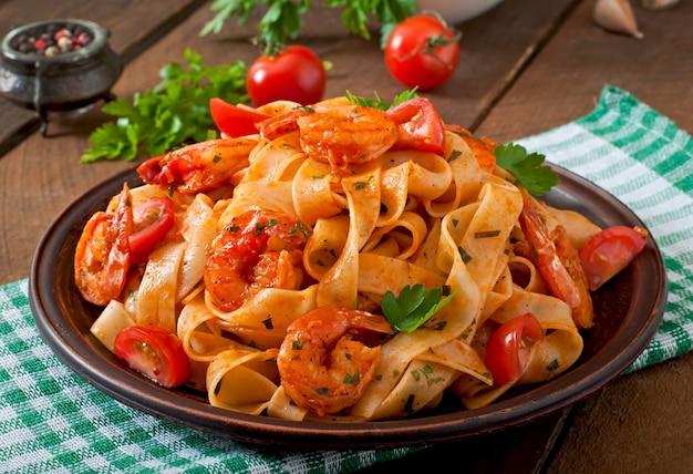 Pâtes Fettuccine Aux Crevettes, Tomates Et Fines Herbes Photo Premium