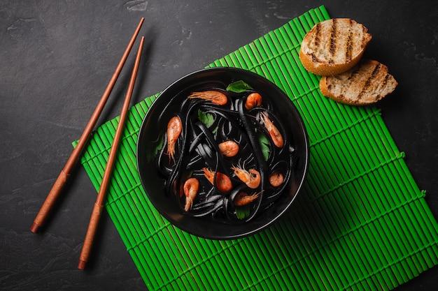 Pâtes Fettuccine à L'encre De Seiche Noire Avec Crevettes Ou Crevettes Photo Premium