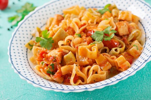 Pâtes En Forme De Cœur Avec Poulet Et Tomates à La Sauce Tomate. Photo gratuit