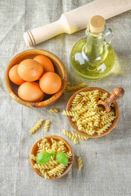 Pâtes en forme d'hélice ou de tire-bouchon. rotini macaroni. relatif à fusilli, mais a une hélice plus serrée Photo Premium