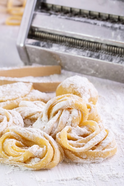 Pâtes avec des ingrédients de pâtes sur la vue de dessus de table en bois sombre Photo Premium