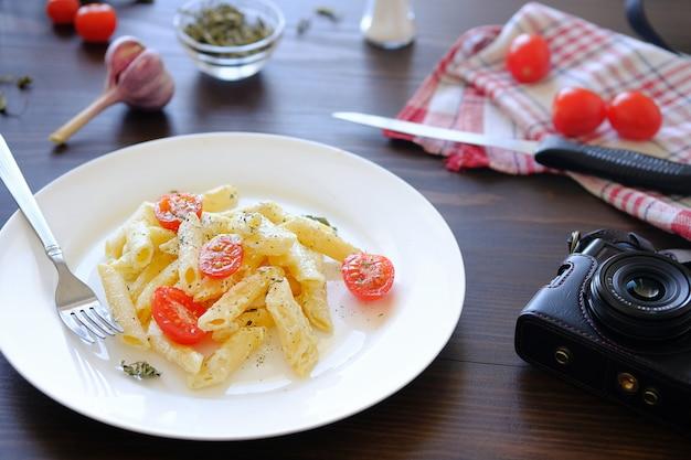 Pâtes italiennes, caméra. tirer de la nourriture pour le contenu des blogueurs. Photo Premium