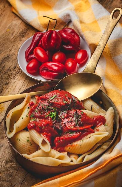 Pâtes italiennes faites maison avec sauce tomate Photo Premium