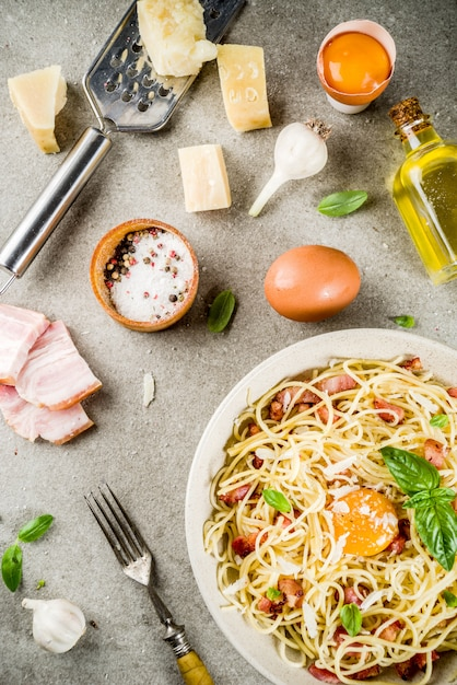 Pâtes Italiennes Traditionnelles, Spaghetti Carbonara Au Bacon, Sauce Crémeuse, Parmesan, Jaune D'oeuf Et Basilic Frais Photo Premium