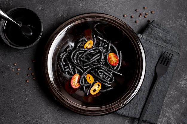 Pâtes Noires Aux Crevettes En Assiette Avec Fourchette Et Sauce Soja Photo gratuit