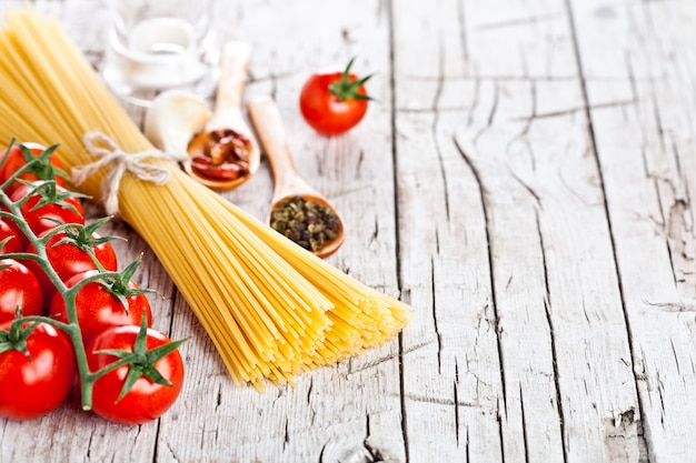Pâtes non cuites avec des tomates et des épices Photo Premium