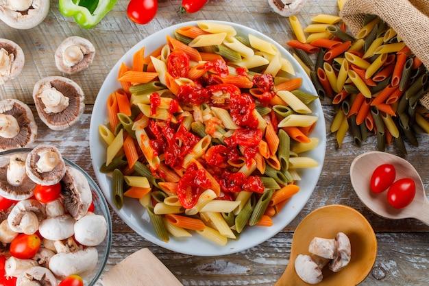 Pâtes Penne Dans Une Assiette Avec Sauce, Tomate, Champignon, Poivre Photo gratuit