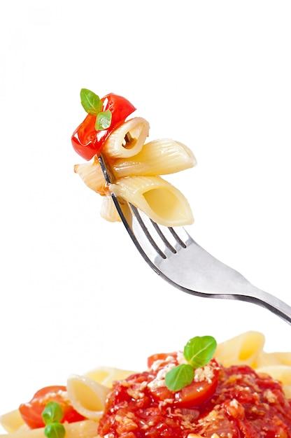 Pâtes Penne à La Sauce Bolognaise, Parmesan Et Basilic Photo gratuit