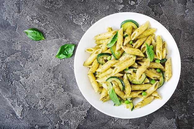 Pâtes Penne à La Sauce Pesto, Courgettes, Petits Pois Et Basilic. Nourriture Italienne. Photo Premium