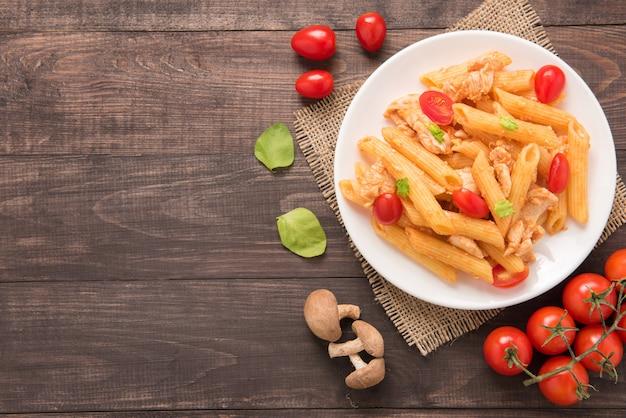 Pâtes Penne à La Sauce Tomate Au Poulet Sur Une Table En Bois Photo Premium