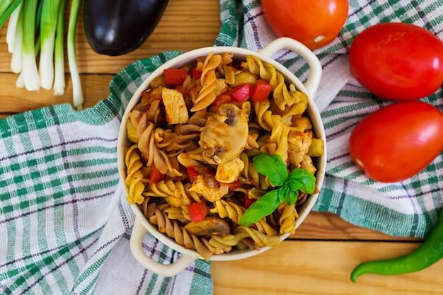 Pâtes à la sauce aux légumes sur bois Photo Premium