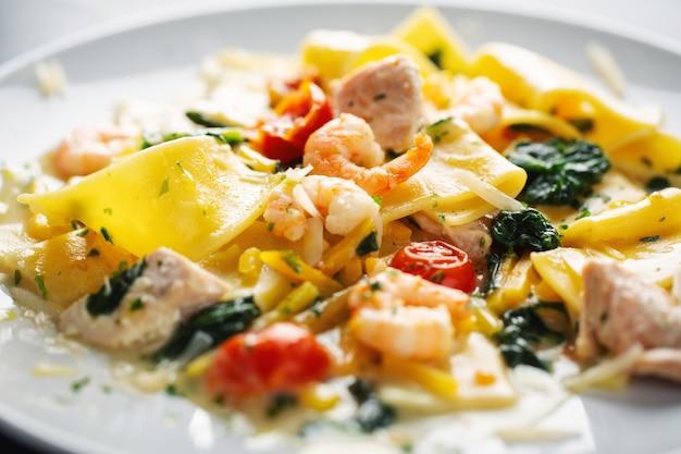 Pâtes Savoureuses Et Appétissantes Aux Crevettes, Légumes Et épinards Servies Sur Assiette. Photo gratuit